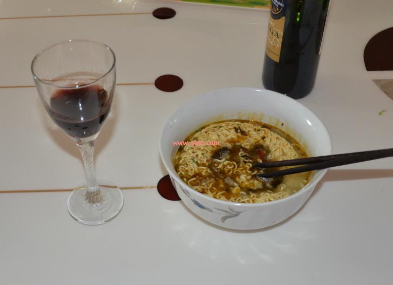 qq文摘  → 非主流搭配_泡面配红酒你试过木  中午一个人在家,无聊得图片