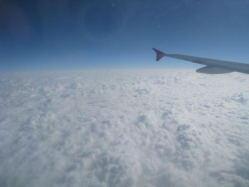 昨天天气只有2-9度,地面上到处都是浓浓大雾,飞机穿过云层的时候,可见度不到5米,什么也看不见,慢慢地飞机穿过了云层,天空中阳光普照,飞机下面是一层层云海,非常漂亮。 爷爷就要90岁了,但他从来没有坐过飞机,我突然想把这漂亮的天上景观拍下来给爷爷看,所以索性拿出相机拍了几张云海图,下面我先发给大家看看:  飞机翼  漂亮的云海  感觉就是天上的银河  这张像平原上下了大雪